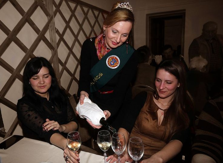 Rozsnyai Attila (Rozso)  Bormustra Csókakőn Közel két  évtizedes hagyományt folytatva,  Csókakőn ismét megrendezésre került a móri borvidéki bormustra. Szent Donát Borrend szervezésében megtartott bormustrán, királynők és udvarhölgyek töltögettek a vendégsereg nagy örömére. 32 féle bort kóstolhattak a borosgazdák, borászok vendégek és megtisztelt minket a móri borkirálynő is aki jelenlétével emelte az est fényét. Több kép Attilától: www.facebook.com/csokako.kozseg