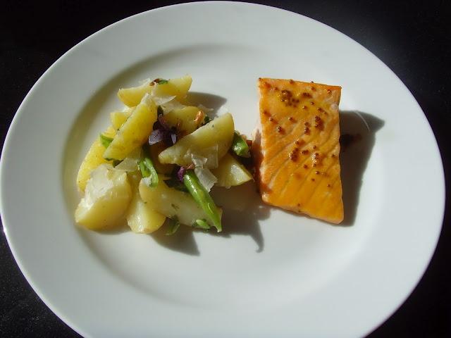 Ovnsbakt laks og potetsalat med aspargesbønner og pestodressing