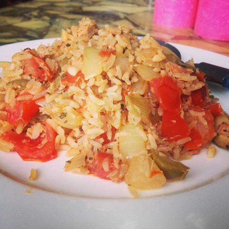 Mediterraanse Tonijn met zilvervliesrijst! Ingrediënten: 1 blikje tonijn op waterbasis, 1 ui, 2 teentjes knoflook, 1 tomaat, 7 olijven en 30 gram zilvervliesrijst! Bereiden: kook de rijst, snijd ondertussen de ui, knoflook, olijven en tomaat. Verhit 1 eetlepel olijfolie op middelhoog vuur, fruit de ui, voeg de knoflook, tomaat, uitgelekte tonijn en olijven toe. Voeg de rijst toe, laat even roerbakken en voeg wat basilicum toe. Klein beetje gemberpoeder kan ook. #tonijn #koolhydraatarm