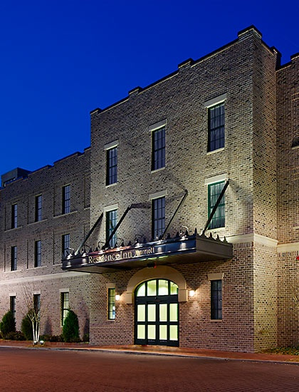 Downtown Savannah Hotels | Residence Inn Savannah Downtownn, free breakfast, has 2 room suite for 7 people's