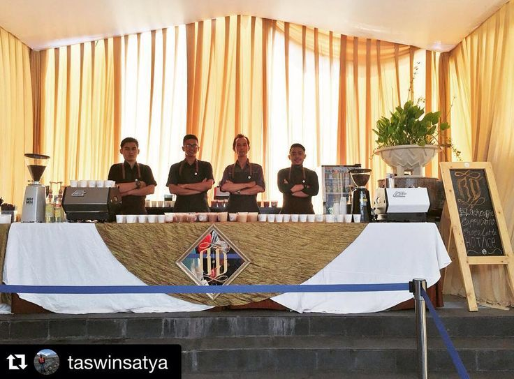 """""""#Repost @taswinsatya with @repostapp. ・・・ Now we are ready to serve your events #travellerbarista #kadokoffie #kadotjes #coffee #coffeeshop #lamarzocco…"""""""
