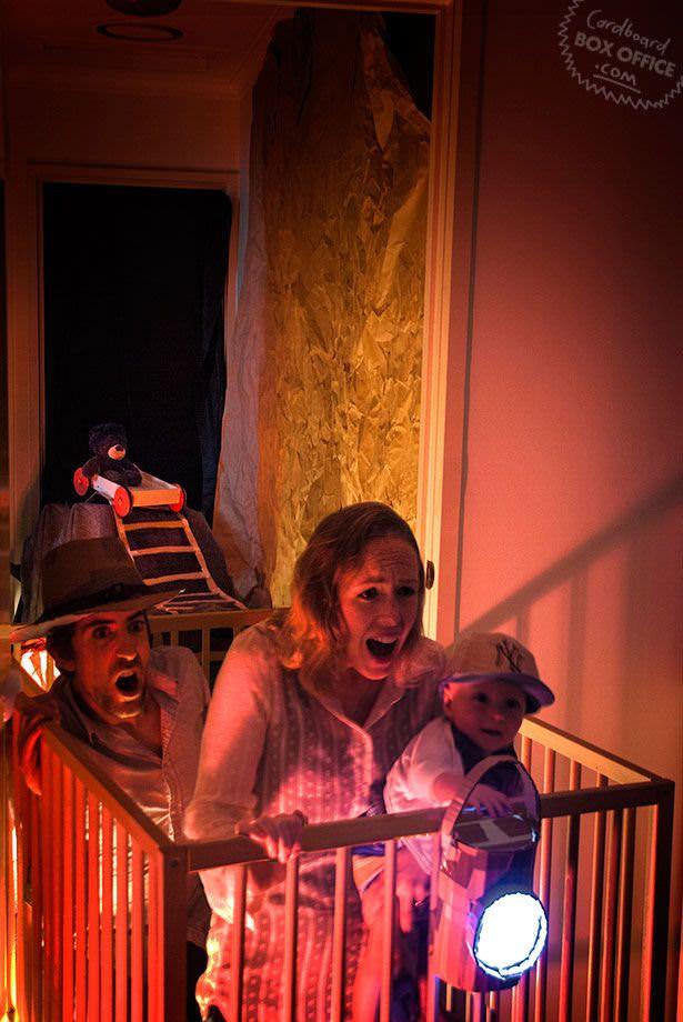 Ouders spelen klassieke films na met hun baby en kartonnen dozen