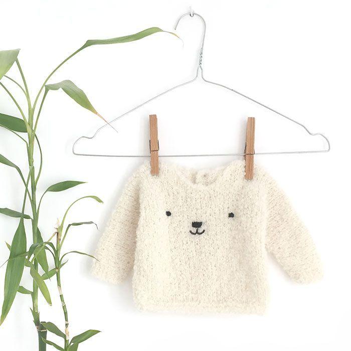 Aprende a tejer este adorable jersey de bebé a dos agujas con patrón gratuito y tutoríal paso a paso ¡El regalo perfecto para un recién nacido!