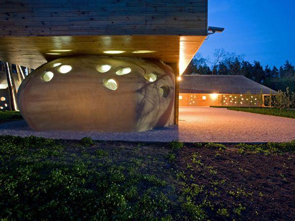 Ukranya'nın Orel nehri yakınlarında inşaa edilen tamamen doğal görünüme ve sade mobilyalara sahip butik otel projesi. Mimar kullandığı malzemelerde doğa dostu ürünler seçmiştir. Kamış ve Kil ağırlıklı olarak kullanılan malzemeler arasındadır.