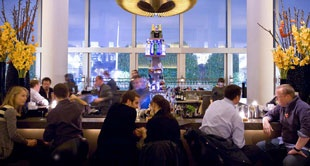 Skylon Bar stands out for the quality of its cocktails, an extensive wine list and breathtaking views.