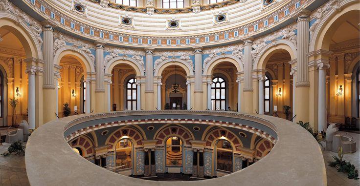 """Wnętrze sanatorium """"Wojciech"""" w Lądku Zdroju. Obiekt wybudowany w 1680 roku bezpośrednio nad bijącym do dziś gorącym źródłem wody leczniczej,  przebudowany w obecnym, neobarokowym stylu w roku 1880."""