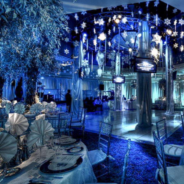 Blue & white combo with dim lighting gives a nice cool wintery effect. Winter wonderland themed weddings are so fabulous!!