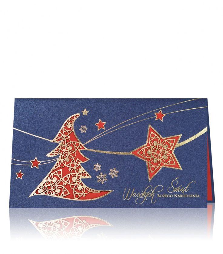 Kartka świąteczna B 727 Niebieski metaliczny papier, czerwony papier, złoty nadruk. Ekskluzywna kartka świąteczna urzeka kontrastowym połączeniem niebieskiego zewnętrznego papieru z czerwonym wewnętrznym, który pięknie prześwituje przez laserowo wyrzeźbioną choinkę oraz gwiazdkę. Złoty nadruk dopełnia całość.