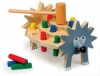 Pomocí dřevěného kladiva se zatloukává 16 kolíků do otvorů s gumovými kroužky.  Legrační zvuky zvýší zábavu!  Rozměry: 23 x 18 cm  Materiál: Dřevo  Vhodné pro děti od 3 let. http://www.skonti.cz/zatloukaci-jezek-p240