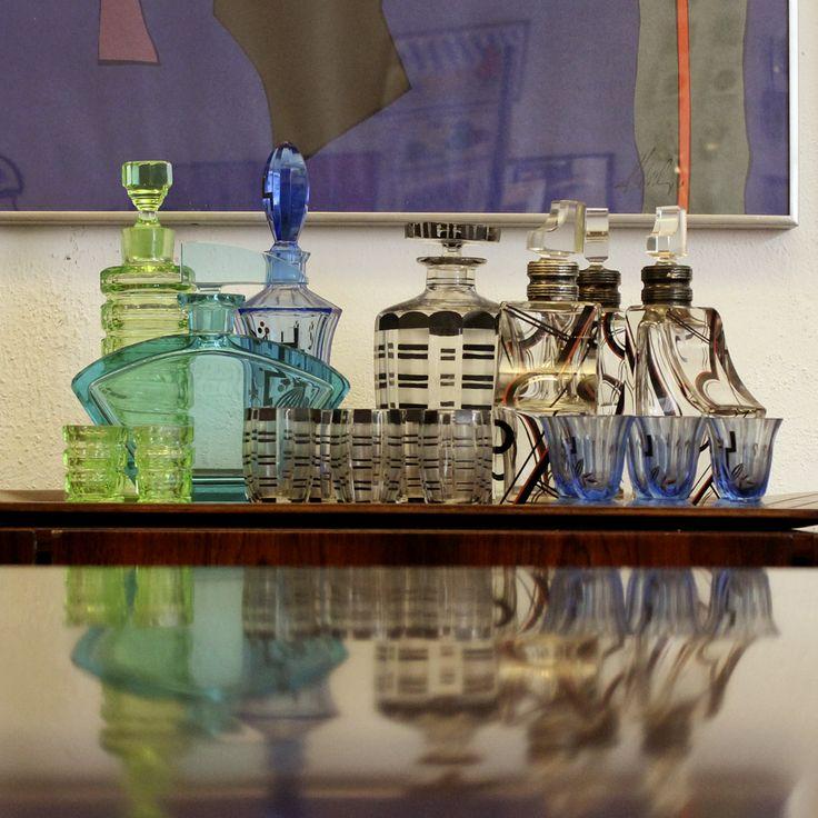 Liqueur and shot glasses in colored and stylized glass (1930s), anonymous, France.| Licoreiras e copos de shot em vidro colorido e estilizado (década de 1930), autor desconhecido, França. #lojateo #1930s #anos30 #frenchdesign #designfrances #decor #decoracao #interiordesign #liquerglass #shotglass #licoreira #copo