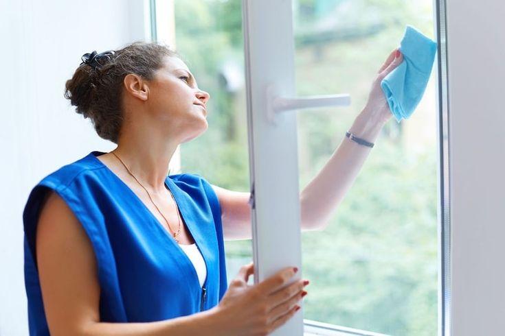 Come pulire i vetri: finestre e docce senza aloni