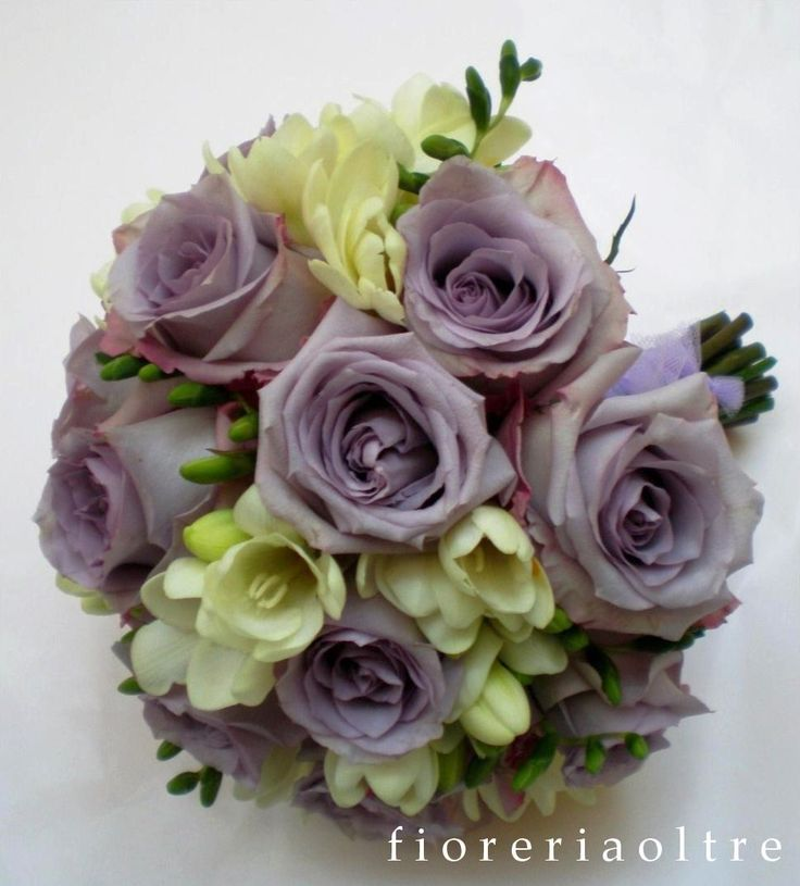 Fioreria Oltre/ Bridal bouquet/ Lilac roses and white freesias