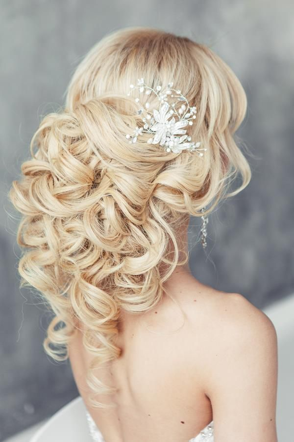 Wunderschöne, extravagante Braufrisur 2016 / Wedding Hairstyles for a Gorgeous Wavy Look - via Elstile