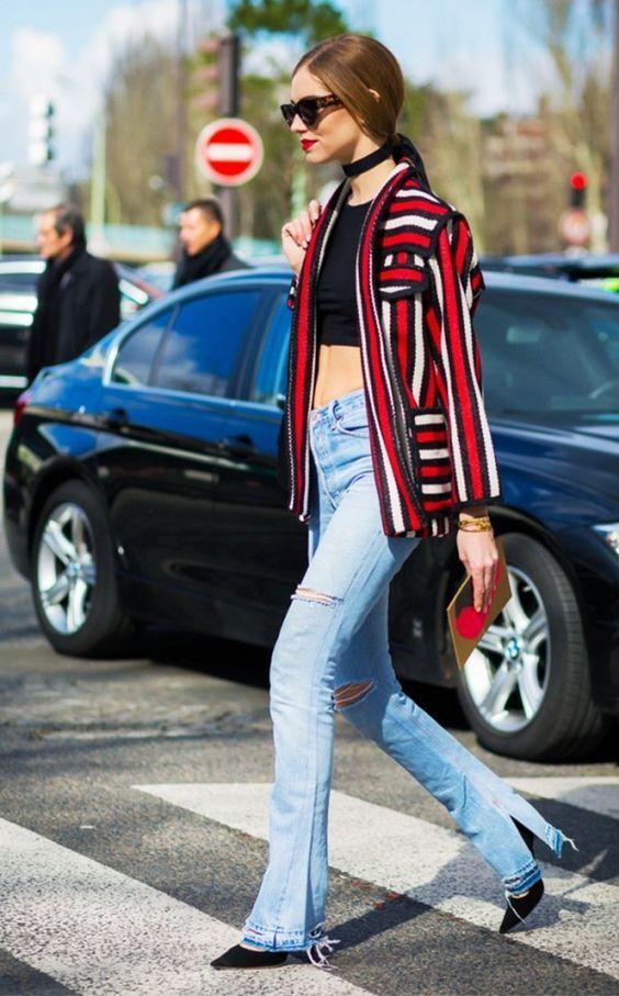 Choker preta, casaco listrado, top cropped preto, calça jeans com barra desfiada, scarpin preto.