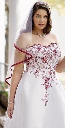 """novias rellenitas.  Vestido de novia de satén, con falda en línea """"A"""". Lleva escote cuello ligeramente marcado de forma de corazón y encaje bordado con mostacillas de color."""