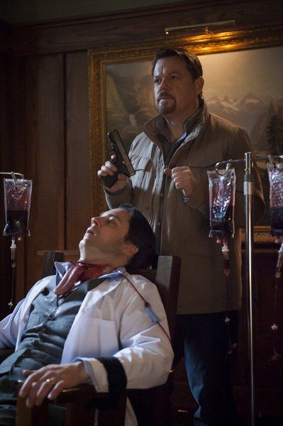 Hannibal: Rôti, 1x11. Dr. Abel Gideon escapes from custody and begins targeting the psychiatrists who attempted to treat him, displaying their bodies with a Colombian necktie.