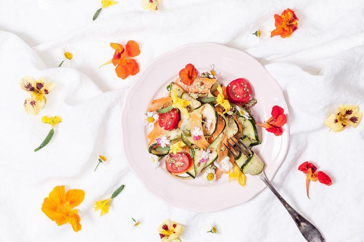 Kesäniitty lautasella | K-ruoka  #koristelu #kesä #syötävätkukat
