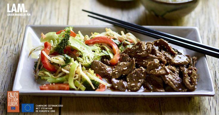 Gezonde wok met paprika broccoli lamsvlees en sesamzaadjes