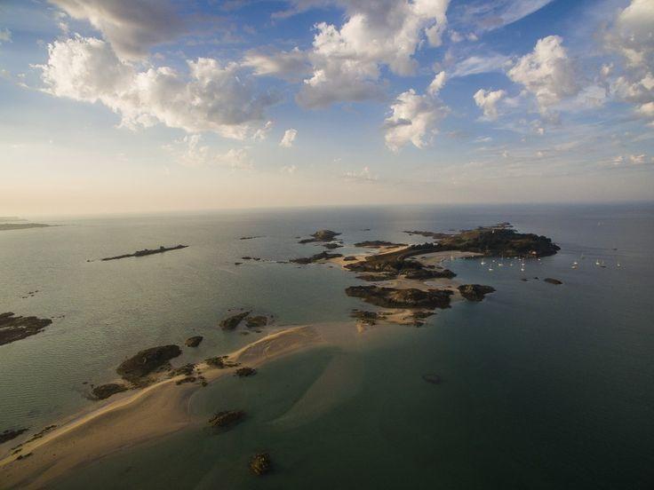 Fin de journée sur les Ebihens en Bretagne, île vue de Saint-Jacut. Photo Dji Phantom 3 Advanced