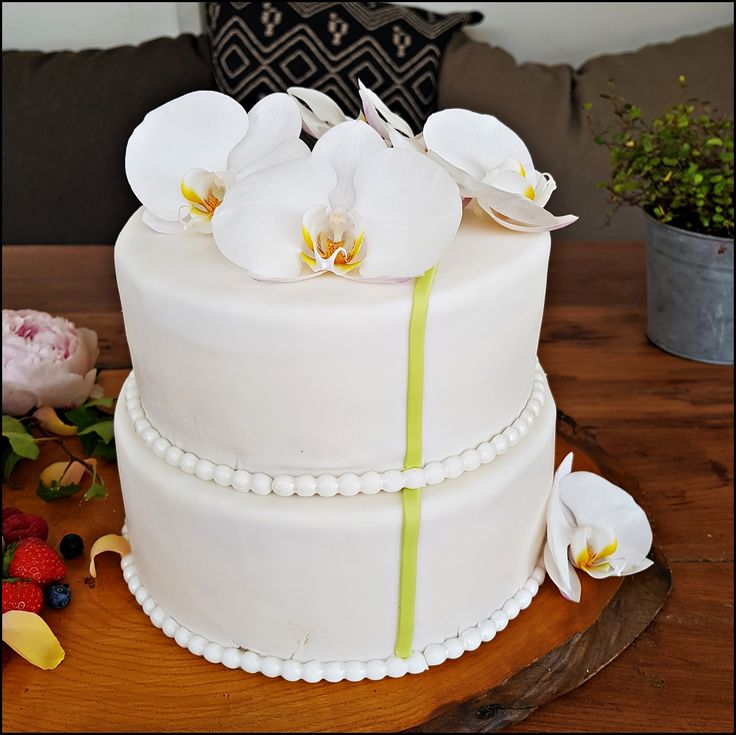 Weddingcake with fresh orchids, filled with a luscious lime-ginger cream