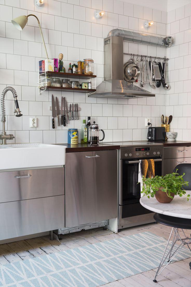 Industriell känsla i köket. Bordet i köket är vintage och köpt på Lauritz auktioner och Eames stolar från Vitra. Stringhylla och retrolampa från Louises gamla butik Marlomarket.