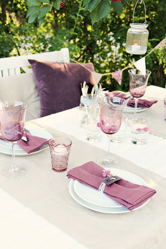 Love how she used dymo labels for the place settings! And a mason jar to corral all the silverware!