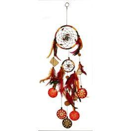 Attrape Rêves Orangé - 49 cm. D'après la mythologie indienne, l'attrapeur de rêve ne laisse passer que les rêves heureux tandis qu'il attrape tous les mauvais rêves dans le filet. Fabriqué à la main et orné de perles et de plumes, l'attrapeur de rêve est une parure décorative exceptionnelle. Hauteur totale : 49 cm - Diametre du cercle principal : 12 cm. www.laboutiquedubienetre.fr