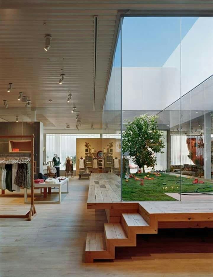Jardim integrado ao espaço comercial