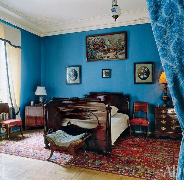 Дом Федора Шаляпина в Петербурге. В спальне стоит массивная, удобная мебель без изысков — бытовые вкусы Шаляпина были довольно консервативны.