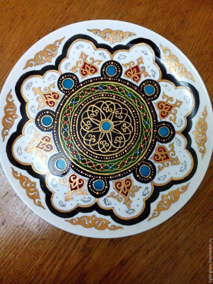 Представляю на ваш суд мой первый мастер-класс. Это будет керамическая тарелка, расписанная в узбекском стиле красками по стеклу. Нам понадобятся: 1. Тарелка белая керамическая. 2. Эскиз на бумаге. 3. Контуры по стеклу (у меня Декола) — золото, бронза, белый, синий, красный и желтый. 4. Краски витражные (у меня lefranc&bourgeois). 5. Краска акриловая золотая. 6. Кисти, зубочистки. 7.