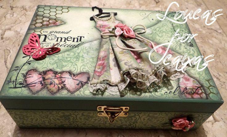 Neste projeto vc vai aprender: fazer fundo esfumado carimbar desgastado fazer o vestido vintage utilizando papel para scrapbooking colar as flores e fio de p...