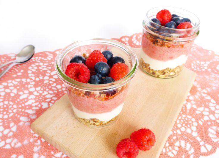 Gezond yoghurt ontbijt in een glaasje
