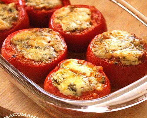 Tomates rellenos de queso y verduras