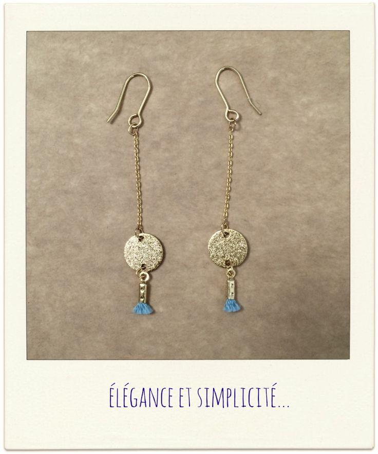 Boucles d'oreilles fines et tendance. Médaille dorée et pompon. www.poppysquare.com