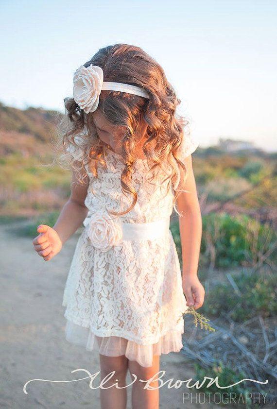 La robe de fille de fleur parfaite pour votre mariage rustique ou pour porter tous les jours avec une paire de bottes de cow-girl! Cette robe est entièrement doublée et dispose de très belle dentelle Ivoire sur une sous-couche de champagne et un soupçon de tulle recouvrant le fond. La robe est agrémentée de mancherons adorable et agrémentée d'une superbe fleur de satin ceinture disponible dans la couleur de votre choix. Juste parfait pour une fille de fleur, fête d'anniversaire, séance…