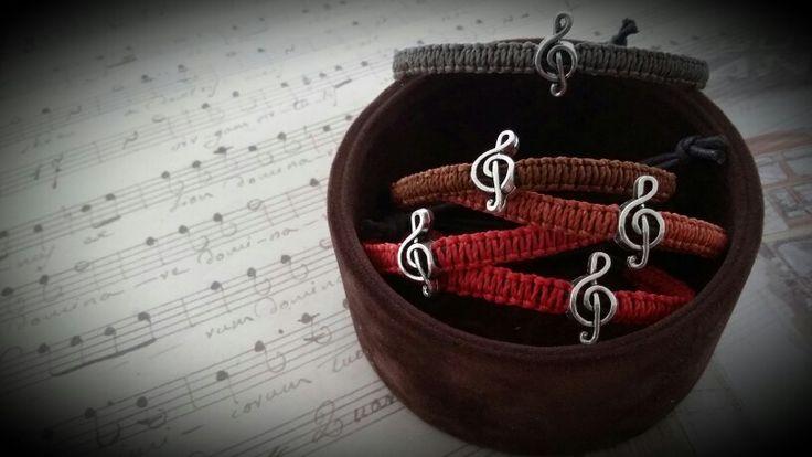 Alchimia bracciale in macramé con perla a foro largo. € 5. alchimia5874@yahoo.it
