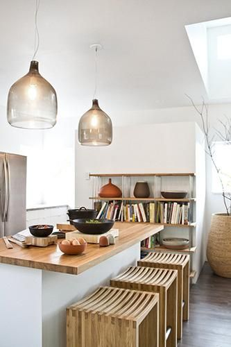 Isla de cocina con barra' • Wood + White kitchen, beautiful lamps and stools