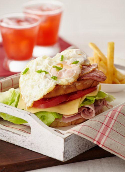 El club sándwich es un clásico para todas las edades. Puede realizarlo con las capas que desee. Así mismo, es un plato que puede desfrutar al aire libre.