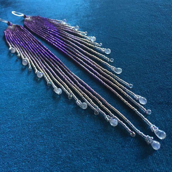 """Cisne de Maui diseños """"Lluvia púrpura"""" con plata y gotas de piedra de luna arco iris ~ semilla largo delicado grano pendientes hechos a mano"""