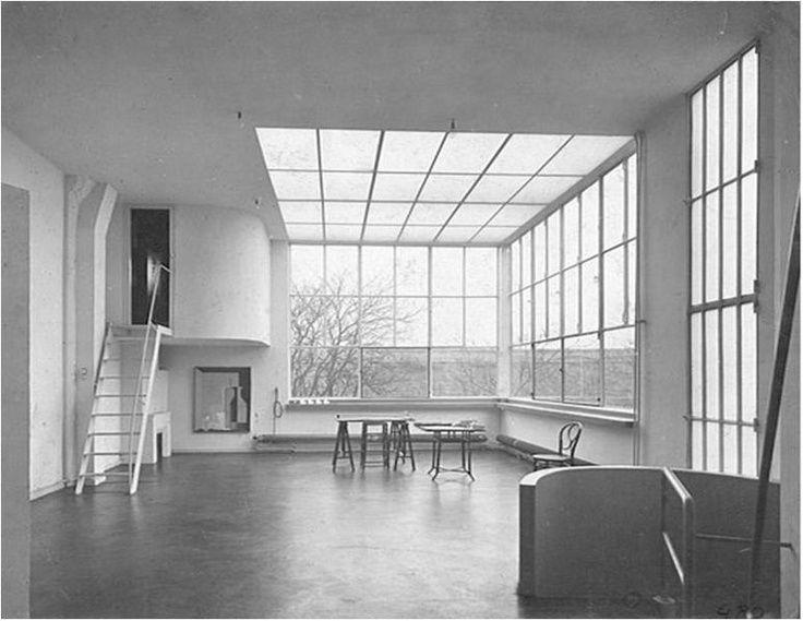 Deze stedelijke villa nabij het Parc Montsouris is door Le Corbusier ontworpen als een atelier woning voor de schilder Ozenfant. Dit is goed te zien aan de inrichting van de tweede verdieping van h…