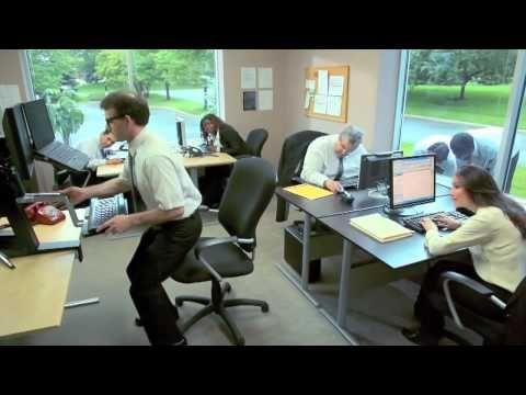 Ergotron WorkFit-S Sit-Stand Workstations - YouTube Recurso publicitario: ejemplo de escritorio ergonómico para trabajadores de oficina.