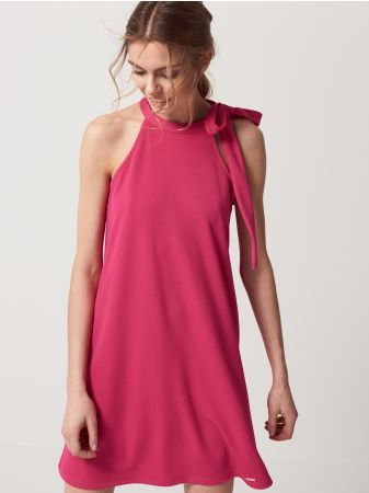 Mohito - Sukienka z wiązanym dekoltem halter Zmysłowa sukienka o kuszącym fasonie z mocno wyciętą linią ramion. Wąski dekolt z efektownym wiązaniem. Lekkie rozkloszowanie u dołu. Wykonana z dżerseju. Dostępna w 3 kolorach.<br /><br />Wzrost modelki 180 cm<br />Modelka ze zdjęcia ma na sobie rozmiar S