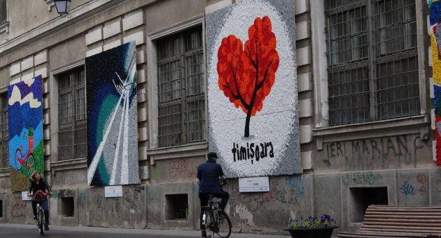 Tablouri din dopuri colorate expuse pe o strada din Timisoara | Povestea Casei