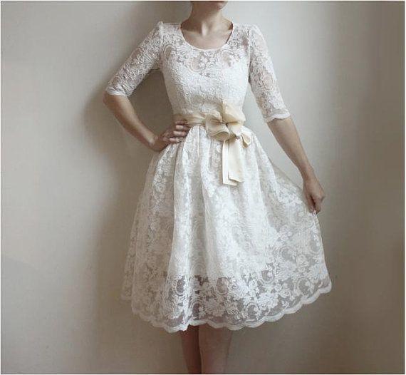 vestido de noiva curto de renda e com manga Clube Noivas
