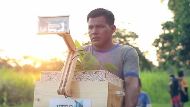 En el poblado de Nuevo Saposoa, en Pucallpa, el 42% de la población rural vive a oscuras. En marzo, una inundación malogró los cables y la luz ya no funciona. Los estudiantes deben realizar sus tareas con la ayuda de un mechero, forzando la vista y llenando de humo sus pulmones. Es decir, la naturaleza era un problema hasta que llegaron las 'Plantalámparas'.
