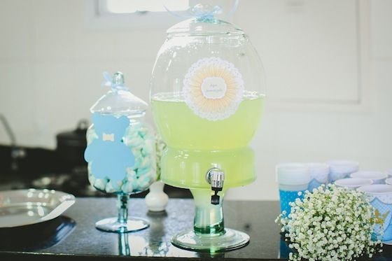 Jeito mais que charmoso pra servir um suco natural os convidados, cha de bebe