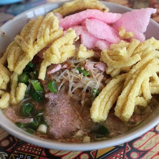 Soto sokaraja is very famous soto at #banyumas residence. It like another soto served with sprouts, cabbage, shredded chicken/beef but it used peanuts sauce on soup. Cilacap, banyumas and purwokerto people who live in #yogyakarta miss this because its have a different and special taste with yogyakartas soto and only a few vendor/restaurant that provide this dish on their menu