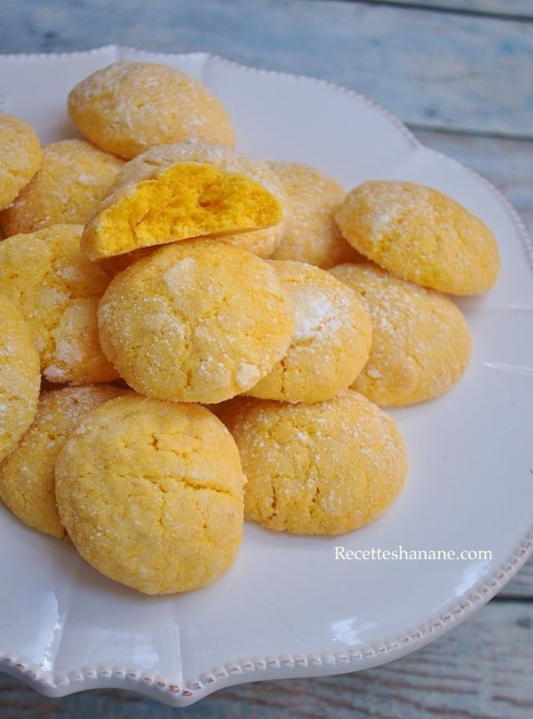 Des biscuits très fondants avec une surface croquante et un agréable goût citronné! Voici le recette pour une vingtaine de pièces: 2 citrons bio 120g de beurre mou 120g de sucre Un oeuf 280g de farine 70g de poudre d'amande Une cuil. à café de levure...