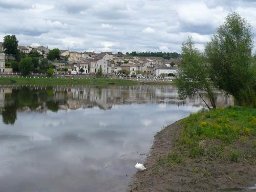 Castillon-la-Bataille: Castillon-la-Bataille is reflected in the river Dordogne - France-Voyage.com