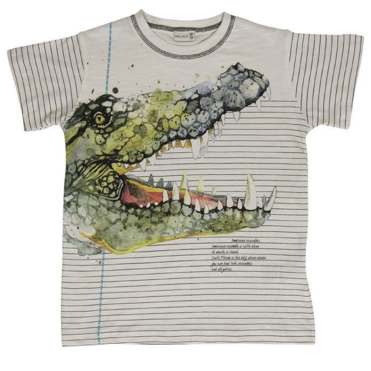 Witte jongens tshirt krokodille van het kinderkleding merk Hust & Claire  Dit is een witte tshirt voorzien van een korte mouw. Het is een zwart gestreepte shirt met een afbeelding van een enorm grote krokodille.